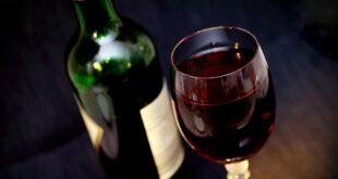 عرض زجاجة نبيذ فرنسي في المزاد بعد عودتها من الفضاء بنحو مليون دولار