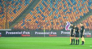 لقطة غريبة... حكم يتعرض لموقف محرج بعد مباراة بالدوري المصري... فيديو