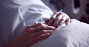 طبيب روسي: برودة اليدين علامة للإصابة بمرض خطير