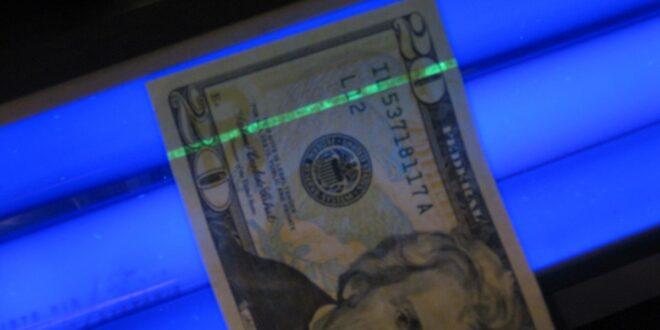 شرطة دبي تكشف عن طريقة غريبة في تزييف العملات