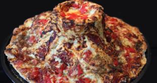 بيتزا مخبوزة في الحمم البركانية!.. رجل مغامر يطهو الفطائر على بركان غواتيمالا النشط!