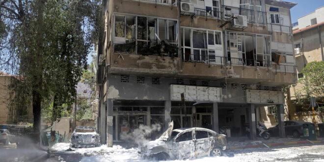 سقوط عدة صواريخ في وسط تل أبيب.. شاهد!