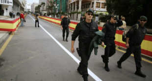 الاف المغاربة يقتحمون مدينة سبتة الاسبانية والسلطات تستدعي الجيش