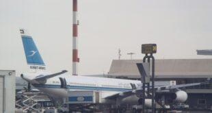 """شخص في حالة """"غير طبيعية"""" يتسلل لمدرج مطار الكويت وأنباء عن صعوده لطائرة ولي العهد"""