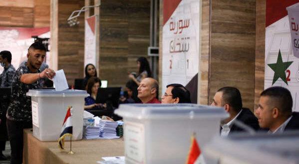 أول ناخب يدلي بصوته في المربعين الأمنيين التابعين للحكومة السورية بالقامشلي