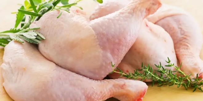 فيديو صادم.. قطعة دجاج نيئة تقفز من الطبق لتهاجم فتاة وترعبها