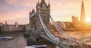 فيديو يأسر القلوب.. مؤذن يرفع آذان المغرب فوق جسر نهر التايمز في لندن