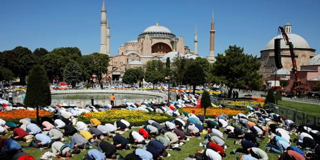 """المسلمون يؤدون صلاة العيد في """"آيا صوفيا"""" لأول مرة منذ 87 عاما"""