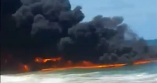 فيديو لا يصدق.. كتلة من النيران الملتهبة تشتعل فوق مياه البحر