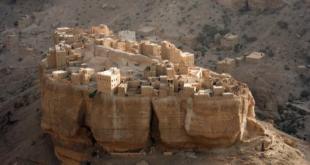 قرية في اليمن تتربع على صخرة عملاقة.. شاهد أين يعيش سكانها