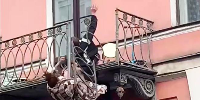 لحظة سقوط زوجين روسيين