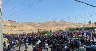 آلاف الأردنيين يحتشدون وسط محاولات لاجتياز الخط الحدودي مع فلسطين (فيديو)