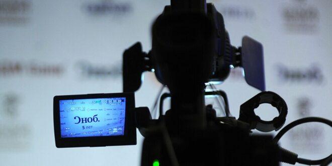 """مذيع في """"بي بي سي"""" يقدم نشرة الأخبار لابسا """"شورت""""... فيديو"""