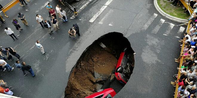حفرة عملاقة تبتلع سيارة في ثواني.. شاهد!
