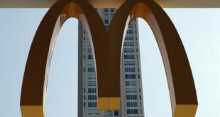 ماكدونالدز تبيع قطعة دجاج بـ100 ألف دولار.. ما قصتها؟