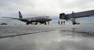 شاب روسي قوي يسحب طائرة ركاب بجسمه... فيديو