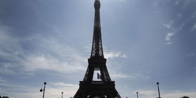 """جزائري يثير الجدل بعد تصميم منزله على شكل برج """"إيفل""""... صور"""