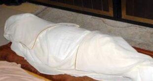 واقعة غريبة في مصر.. شخص يقوم باستخراج أكفان الموتى