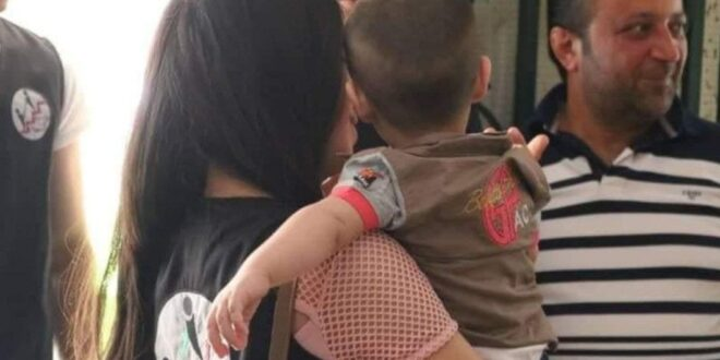 طفل تركته والدته ولاذت بالفرار في القرداحة
