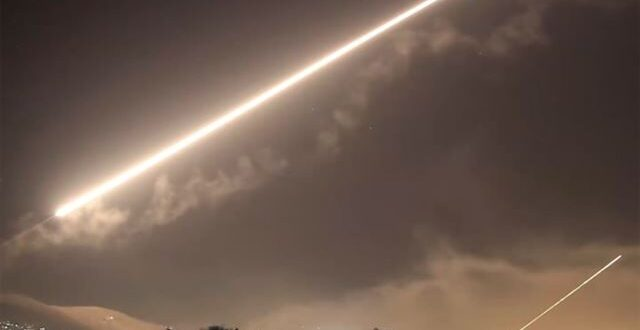 """مصادر سورية: الدفاعات الجوية تعاملت مع صواريخ """"إسرائيلية"""" متطورة"""