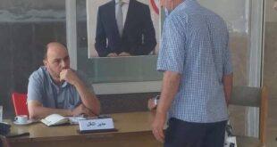 مدير سوري ينقل مكتبه الى الباب الرئيسي لحل مشاكل المراجعين