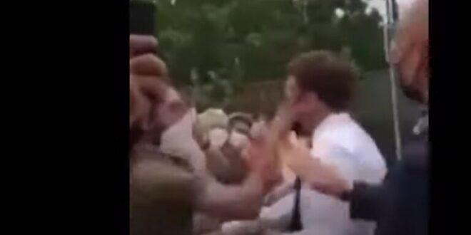 فرنسي يصفع ماكرون