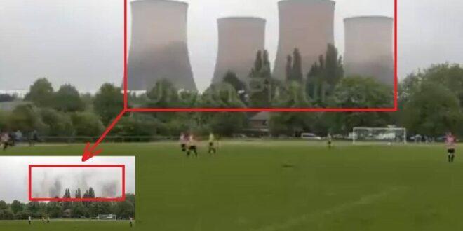 """لحظة """"اختفاء"""" 4 أبراج تبريد ضخمة لمحطة كهرباء"""