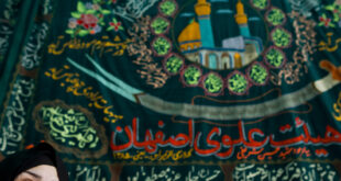 """إيران.. مواطن يمتطي حصانا ويحمل سيف """"ذو الفقار"""" يدعي أنه """"المهدي المنتظر"""" (فيديو)"""