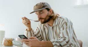 هل هاتفك يتنصت عليك حقا؟.. تجربة بسيطة يمكن تطبيقها للتأكد من ذلك!