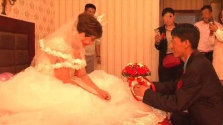 """صيني يتفاجأ بزوجته على """"تيك توك"""