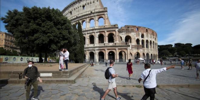سكان روما يواجهون خطراً قادماً من السماء.. غربان تهاجم رؤوس المارة وتضربها بمخالبها (صور)