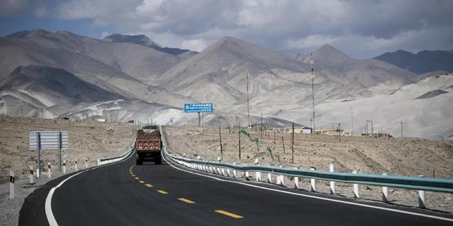 فيديو مرعب لسائق يقود شاحنة بسرعة جنونية