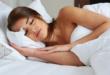 هل يفضل النوم عاريا أم بالملابس