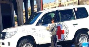 """""""النفاق يحكم العالم"""".. صورة تثير الجدل لطفل يغسل سيارة """"الصليب الأحمر"""" في الحسكة"""