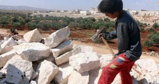 """إبراهيم حماحر.. طفل سوري بـ """"أعوامه العشرة"""" يعيل أسرته من تكسير الحجارة"""