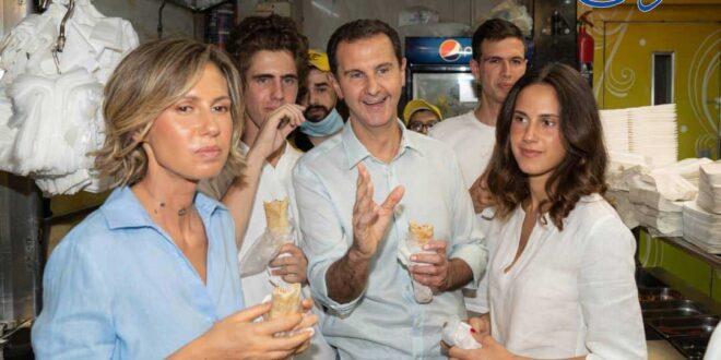 شاهد: الرئيس الأسد يقود سيارته في حي الميدان الدمشقي ويتناول الشاورما برفقة عائلته