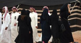 """نساء يركضن ورعب.. """"مسدس لعبة"""" يثير الذعر في مهرجان بالسعودية.. شاهد!"""