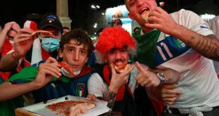 """الصورة الأشهر من نهائي """"يورو 2020""""...""""لاتضع الأناناس على البيتزا""""...ما قصتها"""