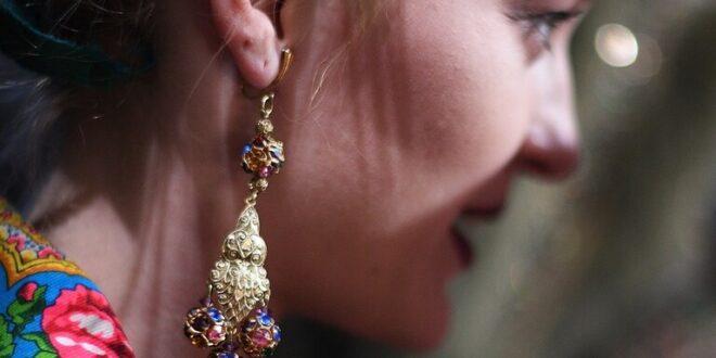 امرأة في كالينينغراد تستدعي رجال الإنقاذ لنزع الحلق من أذنها