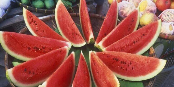 أشخاص محرومون من تناول البطيخ