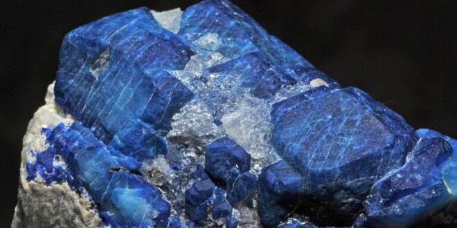 """سريلانكي يعثر على """"أكبر حجر ياقوت أزرق في العالم"""" قيمته 100 مليون دولار"""