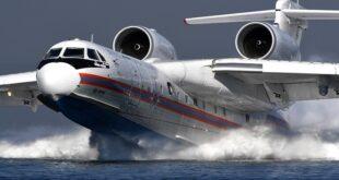 لقطات أثارت رعب السياح.. طائرة إطفاء روسية تتزود بماء البحر قبالة منتجع تركي (فيديو)