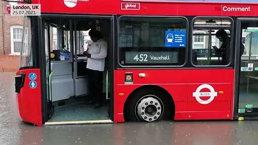 شاهد : سيارات وحافلات عالقة في شوارع لندن بعدما غمرتها مياه الفيضانات