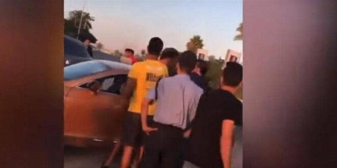 فنان مصري شهير يضرب أشخاصًا في الشارع