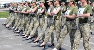 استعراض عسكري لمجندات بالكعب العالي