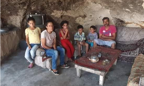 سوريا.. عائلة تعيش في كهف لعدم القدرة على بناء منزل