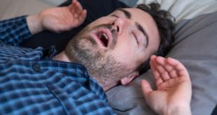 مرض يجبر رجل على النوم 3 أسابيع شهرياً.. يأكل وعيناه مغمضتان ويحمم وهو نائم