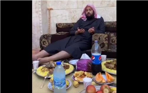 المحيسني يأكل المنسف والبيبسي ويصلي لعودة المعارك في سوريا