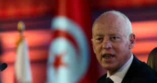انقلاب شامل.. الرئيس التونسي يعفي رئيس الوزراء من منصبه ويجمد