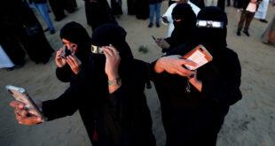 طرد فتاة تقتحم مسرحا وتحاول الرقص مع رجال في السعودية... فيديو